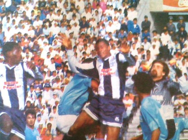 Una vez más aparecen en escena Rosinaldo Lopes y Castagneto, mientras observa detenidamente 'Vitito' Reyes. La lucha no cesó hasta el final (Recorte: diario El Comercio / suplemento Deporte Total)