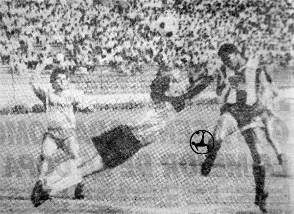 Carlos Silvestri el día de su debut en Primera, en el arco de San Agustín. En la escena no logra interceptar a Rosinaldo y verá caer su valla por única vez. (Recorte: diario Expreso)