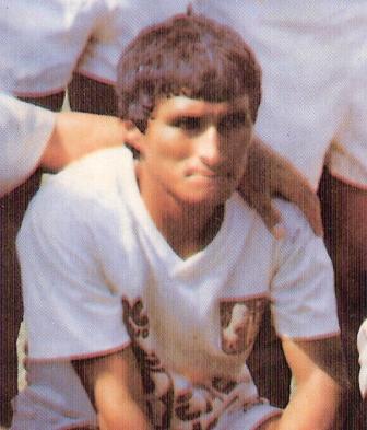 1992: Mifflin Bermúdez con la camiseta que lo lanzó a la fama, la del León de su ciudad natal, Huánuco (Foto: álbum Las Estrellas del Fútbol, revista Estadio)