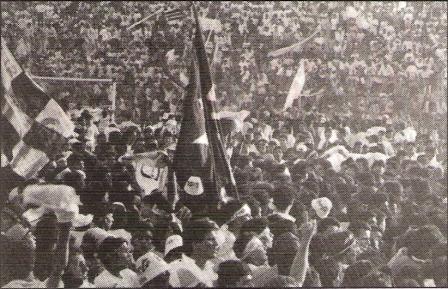 La cancha del 'Lolo' Fernández llena de lado a lado con hinchas cremas en la vuelta olímpica de la 'U' en 1992 (Recorte: revista Estadio)
