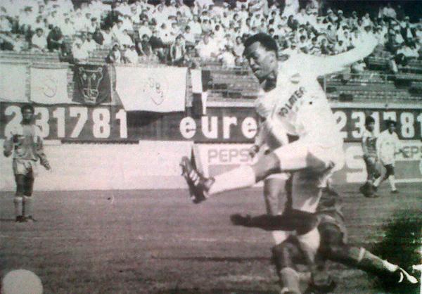 Imagen del choque entre los dos equipos que perdieron la categoría en 1992: CNI y Yurimaguas (Recorte: diario Ojo)