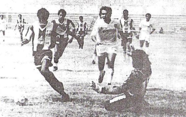 Por el Descentralizado 1992, Alianza Atlético derrotó por 4-1 a CNI. En la imagen, Enrique Bazalar se apresta a convertir su gol, el tercero de la tarde sullanense (Recorte: diario Correo de Piura)