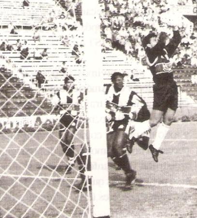 Miguel Ángel Arrué se estrenó por primera vez en el banco de Alianza Lima un 8 de agosto de 1992. Aquella vez, los íntimos igualaron 1-1 ante León en Matute (Recorte: revista Estadio)
