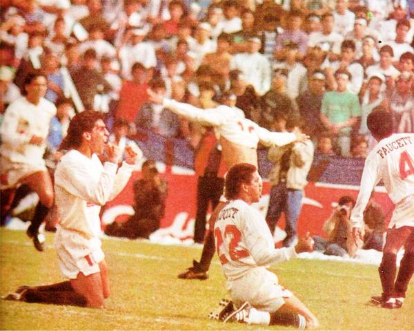 En 1992, acaba la era de los Regionales, vuelve el Descentralizado. En la imagen, Universitario celebra el triunfo ante Alianza Lima, el mismo día que Abimael Guzmán es capturado. (Recorte: revista Estadio)