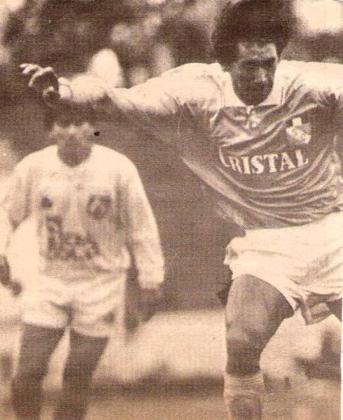 El paraguayo Óscar Ferreyra en acción ante la mirada de 'Tito' Arizmendi en el Cristal 0 - León 0, en Matute, por el Descentralizado 1992. (Recorte: diario El Comercio, suplemento Deporte Total)