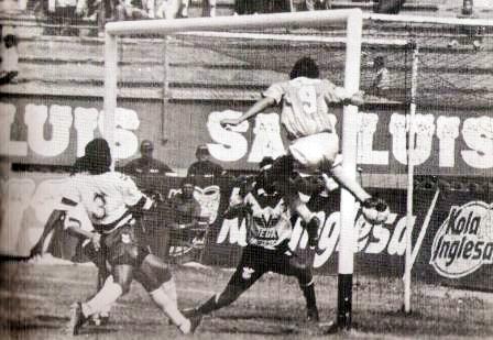 Salir campeón de los Zonales le permitió a Ovación Sipesa codearse con los grandes en la Liguilla de 1992, tal como aquí en partido contra Cristal (Recorte: revista Estadio)