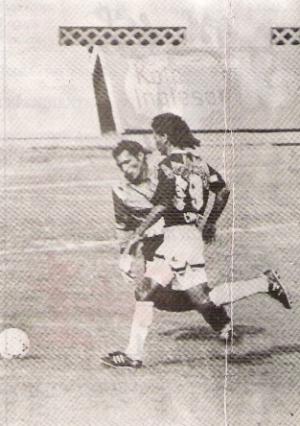 Imagen con historia: uno de los goles de Juan 'Peluquita' Saavedra la tarde que Sipesa derrotó 5-3 a Cienciano en la Liguilla 1992 y se clasificó a la Copa Conmebol (Foto: revista Estadio, Nº 18 p. 60)