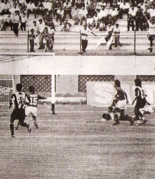 Nestor Mordini le gana el vivo a Diosdado Palma e inaugura el marcador en el Nacional. La sorpresa se instaló entre los presentes (Recorte: revista Estadio)