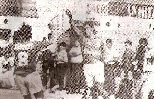 El cordobés Mordini ya convirtió por segunda vez y se dispone a festejar. La derrota dejó a los íntimos con opciones remotas de acceder a la Libertadores del año entrante (Recorte: revista Estadio)