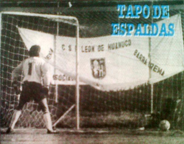 El portero César Gambetta fue sindicado por la prensa de 1992 por haber tenido una extrañamente deficiente actuación ante los ataques de León en la goleada de 1992. En la foto, de espaldas luego de uno de los tantos huanuqueños. (Recorte: diario Ojo)