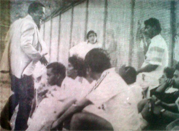 Jorge Martínez, entonces delegado del CNI, se lamenta frente a sus jugadores por el resultado que los condenaba al descenso (Recorte: diario Ojo)
