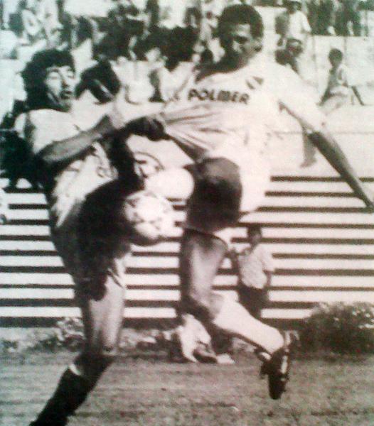 El argentino Sergio Bufarini disputa el balón con Hugo Barbagelata en el partido que León goleó por 5-0 a CNI en Huánuco (Recorte: diario Ojo, suplemento deportivo Crack)
