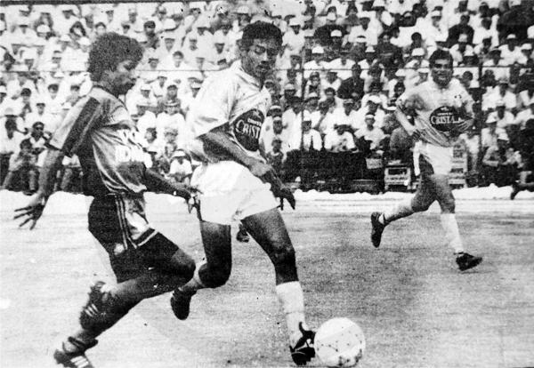 Freddy Torrealva encara al 'Chorri' Roberto Palacios la vez que Melgar se ensañó con Cristal en Arequipa durante el torneo de 1992 (Recorte: diario Ojo / suplemento deportivo Super Crack)