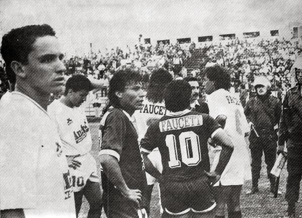 Partido entre Universitario y León en el 'Lolo' Fernández en el que se aprecia a José Arana oculto entre los jugadores y unos bigotes que lució en sus primeros años como árbitro (Recorte: revista Estadio)