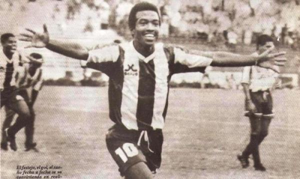 Fulgurante aparición tuvo ese año Waldir Sáenz, quien lideró con sus goles la buena campaña aliancista (Recorte: revista Estadio)