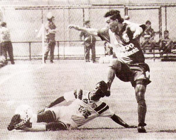 Partido entre Defensor Lima y Melgar por el Descentralizado de 1993 con el conjunto granate usando su uniforme alterno (Recorte: revista Estadio)