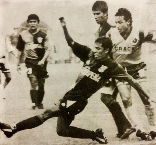 El 'Toro' Jorge Lazo, goleador de Melgar en los años noventa, en acción frente San Agustín (Recorte: revista Estadio)