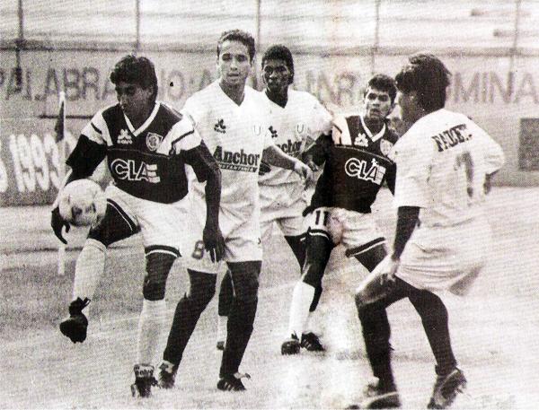 Luis García domina el balón ante la atenta mirada de Roberto Martínez en el choque entre la 'U' y Defensor que marcó la última aparición en el pecho de la camiseta granate (Recorte: revista Estadio)