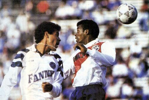 Roberto Arrelucea y Pedro Olivares disputan el balón en el Municipal - Sipesa por la final del Intermedio 1993. (Recorte: revista La Copa y los Mejores)