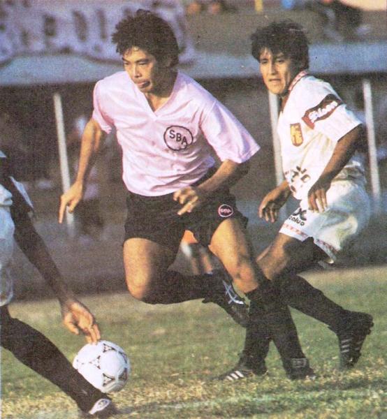 Gabriel Kanashiro domina el balón en el duelo ante León por el Torneo Intermedio 1993. Fue empate 1-1 (Recorte: revista La Copa y Los Mejores)