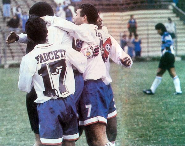 José Antonio Trece, Roberto Céspedes y todo Municipal celebra el gol de César Loyola con el que los ediles batieron a Universitario en el Intermedio de 1993 (Recorte: revista La Copa y Los Mejores)