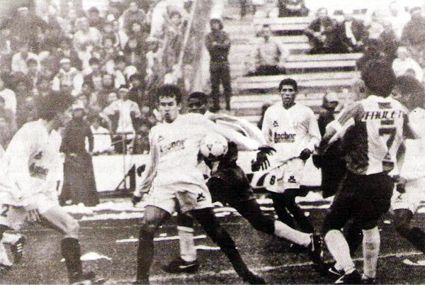 Lo que nadie se imaginó un año antes: Juan Reynoso, en Matute, con la camiseta de Universitario en la victoria que resultó clave para darle un giro al campeonato (Recorte: revista Estadio)