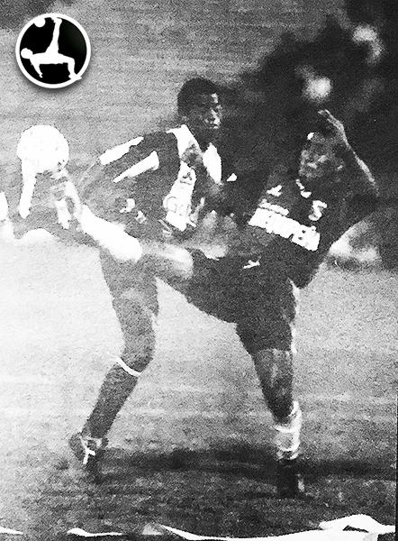Waldir Sáenz se lució en la vuelta ante Melgar en 1994. Acá lucha el balón con Pedro Sanjinez. (Foto: revista Estadio)