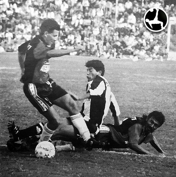 Hinostroza y Aguayo, dos patrones del mediocampo, disputan el balón ante la arremetida de Olmos en el duelo de ida de la preliguilla 1994 disputado en Arequipa. (Foto: revista Estadio)