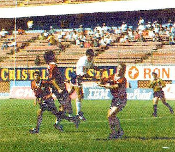 Una escena del último choque oficial entre carasucias y ediles en partido válido por el Descentralizado de 1994 (Recorte: revista Estadio)
