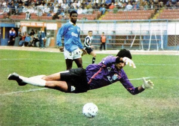 El 'Viejo' Julio César Balerio fue un baluarte en el arco celeste. Atrás aparece Manuel Earl en un partido contra Alianza (Recorte: revista Estadio)
