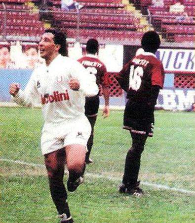 El uruguayo Peter Méndez celebra su gol en el arco de Defensor Lima (Recorte: revista Estadio)