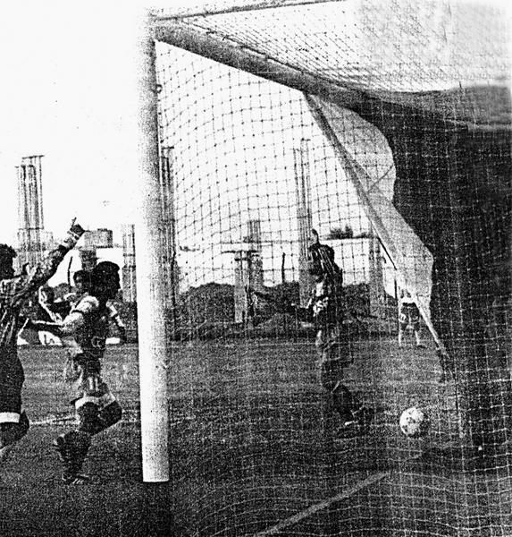 La enorme bandera de Municipal yace tendida sobre el arco de Mannucci mientras la pelota dembula sobre la línea de gol ante los reclamos del equipo trujillano (Recorte: diario El Bocón)