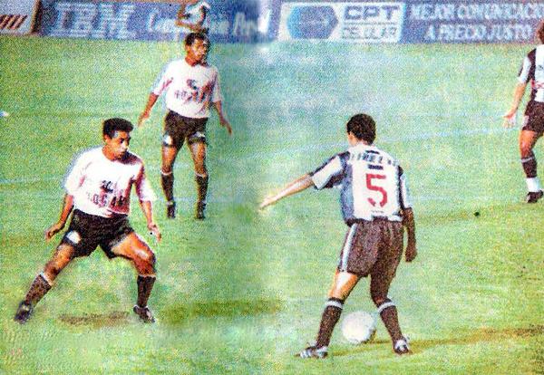 Paulo Hinostroza lleva el balón ante la marca de Segundo Barreda en el 1-2 de Alianza sobre Boys en 1994 (Recorte: revista Estadio)