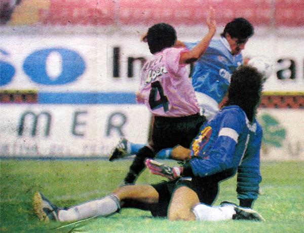 Juan Carlos Letelier fue uno de los refuerzos aquella temporada. Aquí ante Boys en la primera rueda (Recorte: diario El Comercio, suplemento Deporte Total)