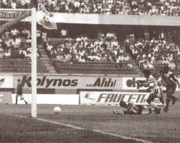 Dario Muchotrigo asedia con poco éxito la valla custodiada por el paraguayo Raúl Navarro. En aquel partido, válido por la liguilla de 1994, Alianza Lima igualó 0-0 con Sipesa y clasificó a la Libertadores (Recorte: diario El Bocón)