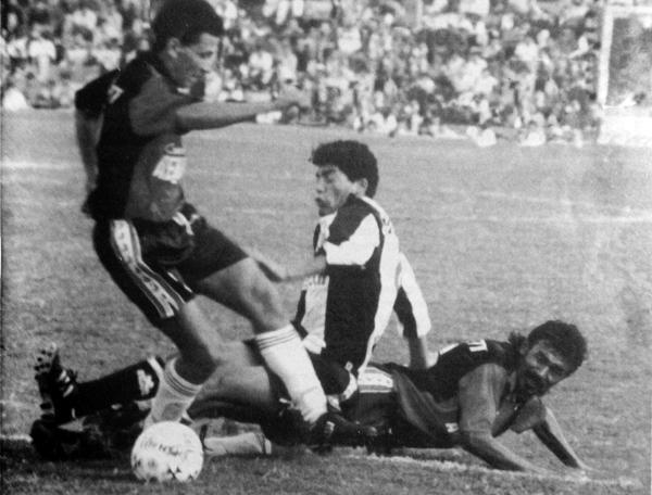 Los duelos entre Melgar y Alianza fueron de los más animados que hubo por esos años en el fútbol peruano (Recorte: revista Estadio)