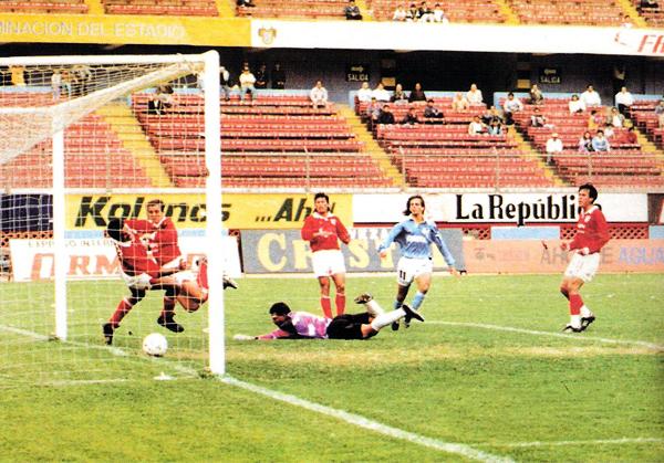 Julinho anotó así su gol en el contundente 6-1 de Cristal sobre Cienciano (Recorte: revista Estadio)