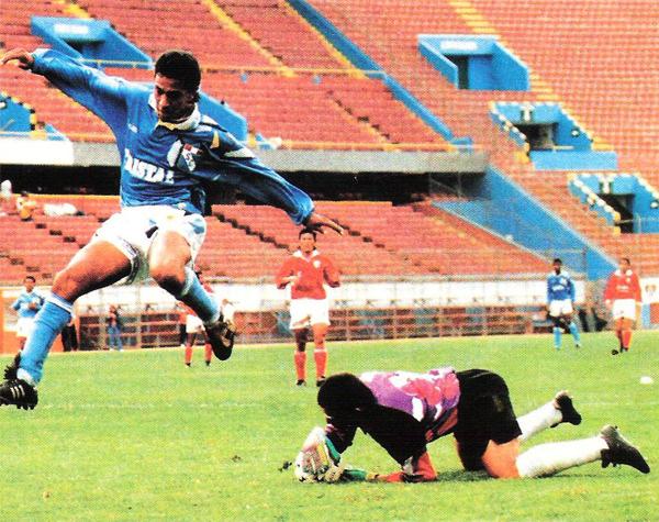 Nolberto Solano regresó ese año a Cristal para ser titular, figura e iniciar su gran carrera (Recorte: revista Estadio)