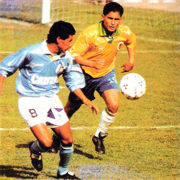 Solo una vez pudo Roberto Palacios superar a la tenaz defensa del Minas que en 1994 evitó la derrota ante los celestes (Recorte: revista Estadio)