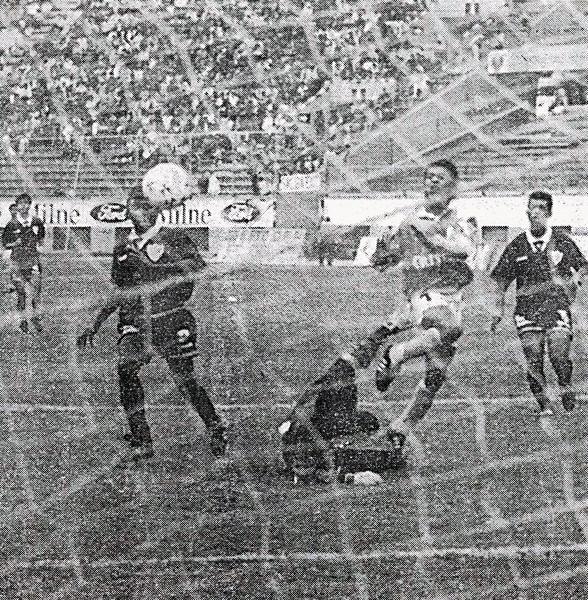 Gol de Nolberto Solano, uno de los once goles que Cristal le encajó a Defensor Lima en el recordado 1-11 de 1994 (Recorte: diario Expreso)