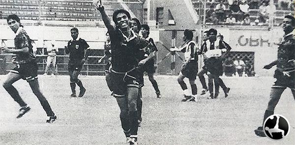 Manuel Dávila celebra uno de los tantos ante Aurora. (Recorte: suplemento deportivo Crack, diario Ojo)