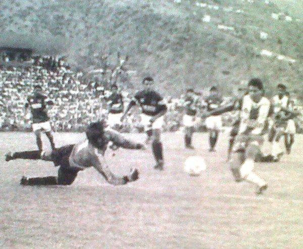 La madre del cordero: el gol anulado a Saavedra por aparente posición adelantada. (Recorte: diario El Bocón)