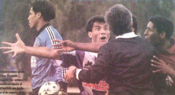 Los reclamos del 'Loco' Enrique, siempre desaforado, a Chappell luego de la anulación del gol de Saavedra. Al fondo, Sergio Salazar. (Recorte: El Bocón)