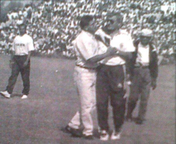 Cruce de técnicos conocidos entre sí: Iván Brzic y Ramón Quiroga. (Recorte: diario El Bocón)