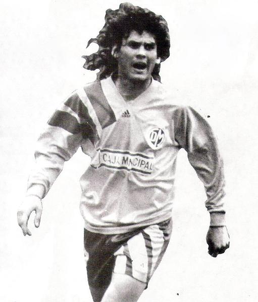 Ronald Baroni el día de la presentación edil en 1994 cuando Municipal cambió la franja por una camiseta amarilla (Recorte: revista Estadio)
