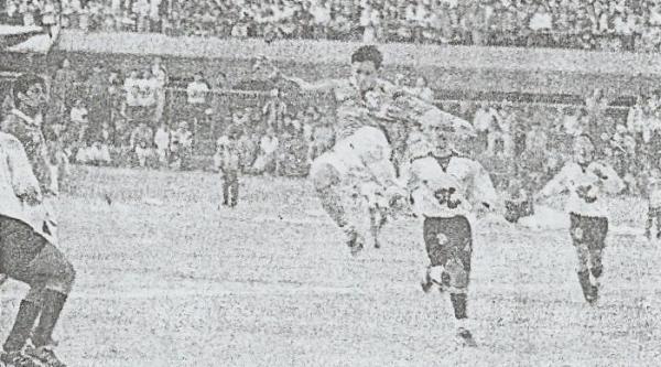 El viejo Telmo Carbajo vio fútbol de Primera División por última vez esa temporada con este choque entre rosados y celestes (Recorte: diario El Bocón)