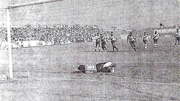 El primer gol de la tarde en Huacho, obra de Alfredo Carmona con este penal en el 2-2 de 1995 (Recorte: diario El Bocón)