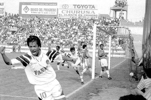 El hondureño Camilo Bonilla aparece detrás de Marco Valencia en el partido en que Sipesa, así como esta vez lo hizo Gálvez, derrotó 2-0 a Cienciano, por el Descentralizado 1995 (Foto: Diario de Chimbote)