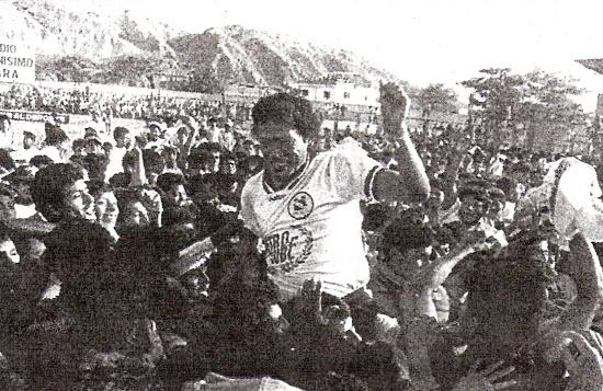 'La Chanca' Maldonado en hombros luego de haber logrado el milagro para Torino. ¿Cómo puede la dirigencia talareña haberlo maltratado 14 años después? (Recorte: diario El Bocón)