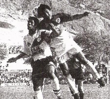 Saltan Marco Agapito y 'Popeye' Marchán. En 1995, 'Muni' y Torino no se dieron tregua (Recorte: diario El Bocón)